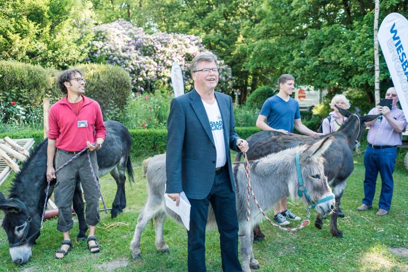 wiesbaden-engagiert_2017_kick-off-2017-im-schloss-freudenberg-buergermeister-arno-gossmann-eroeffnet-aktionswoche-2017-mit-esel-emil_foto_annika-list